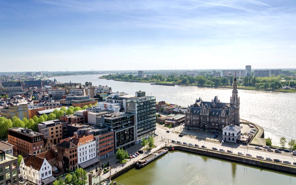 Η θέα στον ποταμό Scheldt και στην πόλη από τη βεράντα του εστιατορίου Zilte, που φιλοξενείται στους χώρους του μουσείου MAS. (Φωτογραφία: Shutterstock)