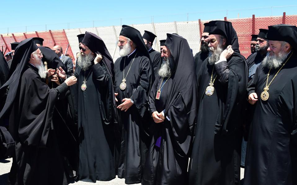 Ο Οικουμενικός Πατριάρχης κ.κ. Βαρθολομαίος (αριστερά) υποδέχεται και συνομιλεί με Προκαθημένους Ορθοδόξων Εκκλησιών, πριν από την έναρξη εργασιών της ιστορικής Πανορθοδόξου Συνόδου.