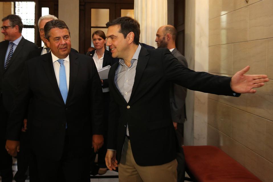 Ο πρωθυπουργός Αλέξης Τσίπρας υποδέχεται τον Γερμανό αντικαγκελάριο και υπουργό Οικονομικών Σίγκμαρ Γκάμπριελ στη συνάντησή τους στο Μέγαρο Μαξίμου, Αθήνα, Πέμπτη 30 Ιουνίου 2016