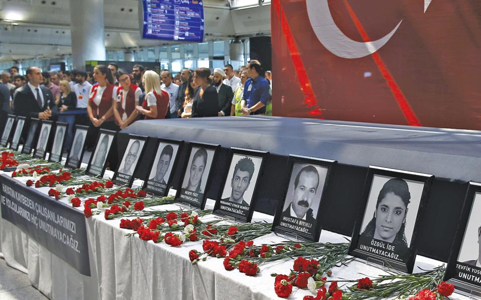 Συνάδελφοι, συγγενείς και φίλοι των θυμάτων της πρόσφατης τρομοκρατικής επίθεσης παίρνουν μέρος στην επιμνημόσυνη τελετή, στο διεθνές αεροδρόμιο Ατατούρκ της Κωνσταντινούπολης.