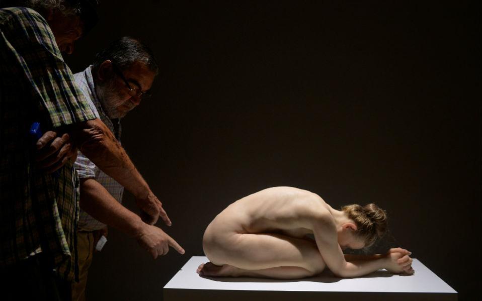 Υπερρεαλιστικά γλυπτά. Μικρά και μεγάλα αριστουργήματα από όλον τον κόσμο πήραν την θέση τους στο Μουσείο Καλών Τεχνών του Bilbao. Στην φωτογραφία το έργο του Sam Jinks, «Kneeling Woman». REUTERS/Vincent West