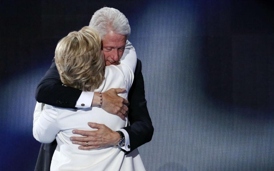 Κάνοντας τον πλανητάρχη, «πρώτη κυρία». Άπειρες σελίδες εφημερίδων είχαν γεμίσει τότε με αναλύσεις για την απόφαση της Hillary Clinton να συγχωρήσει τον σύζυγό της για την απιστία του και να παραμείνει στο πλευρό του. Κάποιοι δε, δεν  είχαν διστάσει να την κατηγορήσουν ευθέως για αυτή την απόφαση, χαρακτηρίζοντάς την μικροαστική και συμφεροντολογική, καθώς αρκετοί  γνώριζαν τις πολιτικές της φιλοδοξίες. Τελικά όμως μια απατημένη γυναίκα ξέρει να παίρνει την εκδίκησή της. Γιατί αν τελικά νικητής των εκλογών είναι η Hillary Clinton, ο σύζυγός της έχει να πιει χιλιάδες τσαγάκια σε φιλανθρωπικές εκδηλώσεις με άλλες κυρίες (αυτό είναι λίγο ρίσκο), να υποστηρίξει συλλόγους που αγαπούν τα ζώα και τα φυτά και να φτιάξει ένα δικό του ίδρυμα με σκοπό το γενικό καλό, όπως την καταπολέμηση της παχυσαρκίας ή την καλή διατροφή (και τα δυο αποτέλεσαν αντικείμενο υποστήριξης της Michelle Obama). Έχετε να πείτε κάτι; Respect. (AP Photo/J. Scott Applewhite)