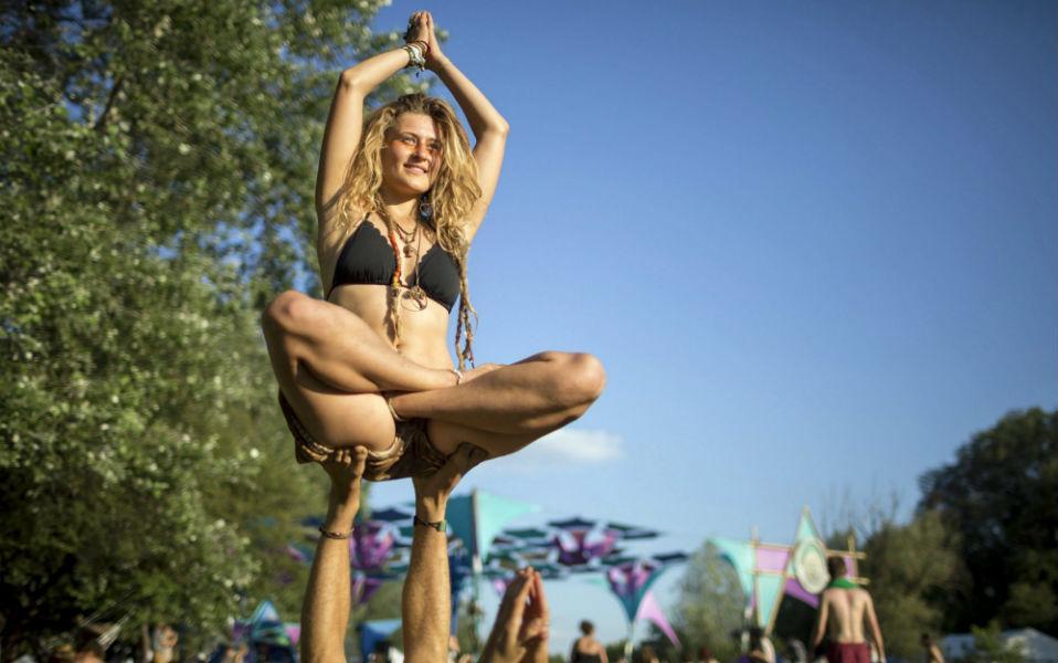 Εναλλακτική γιορτή. Σε ένα ιδιωτικό δάσος (!) διοργανώνεται το Samsara Yoga and Music Festival  κοντά στο Siofok της Ουγγαρίας. Πέρα από τρεις διαφορετικές μουσικές σκηνές, αφιερωμένες στους λάτρεις της ψυχεδελικής μουσικής, το φεστιβάλ προσφέρει καθοδήγηση από δασκάλους της γιόγκα, θεραπείες βοτάνων καθώς και συνεδρίες με ψυχολόγους. Samsara Yoga and Music Festival