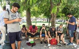 Εξι το απόγευμα και στην πλατεία Συντάγματος, κάτω από τα δέντρα, είναι συγκεντρωμένοι δεκάδες νέοι από 16 μέχρι 25 χρόνων, αυστηρά προσηλωμένοι στα κινητά τους τηλέφωνα, με έναν κοινό σκοπό, να κυνηγήσουν και να αιχμαλωτίσουν τα αόρατα για τους άλλους Pokemon. Το νέο παιχνίδι εικονικής πραγματικότητας έγινε μανία μέσα σε λίγες ημέρες και στην Ελλάδα και ήδη έχει σημειωθεί πλήθος ευτράπελων σε δημόσιους χώρους.