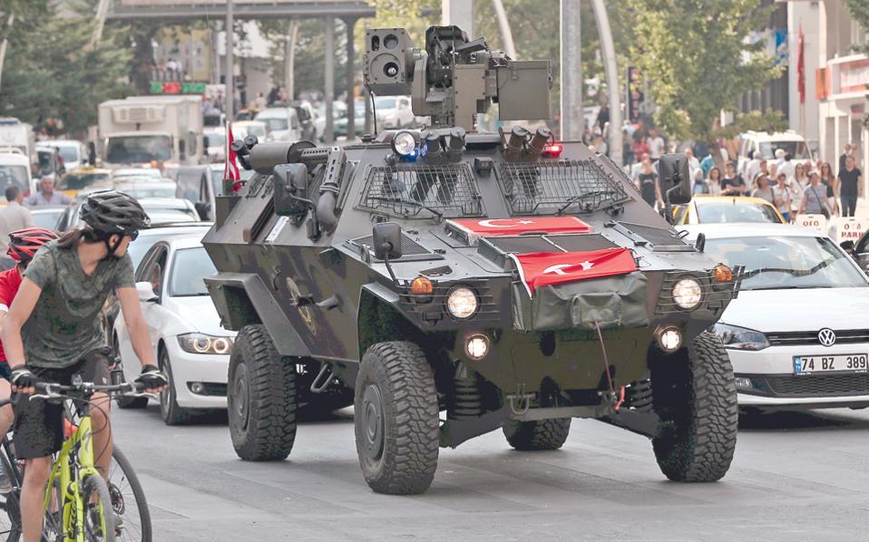 Τεθωρακισμένο όχημα της αστυνομίας περιπολεί στο κέντρο της τουρκικής πρωτεύουσας.