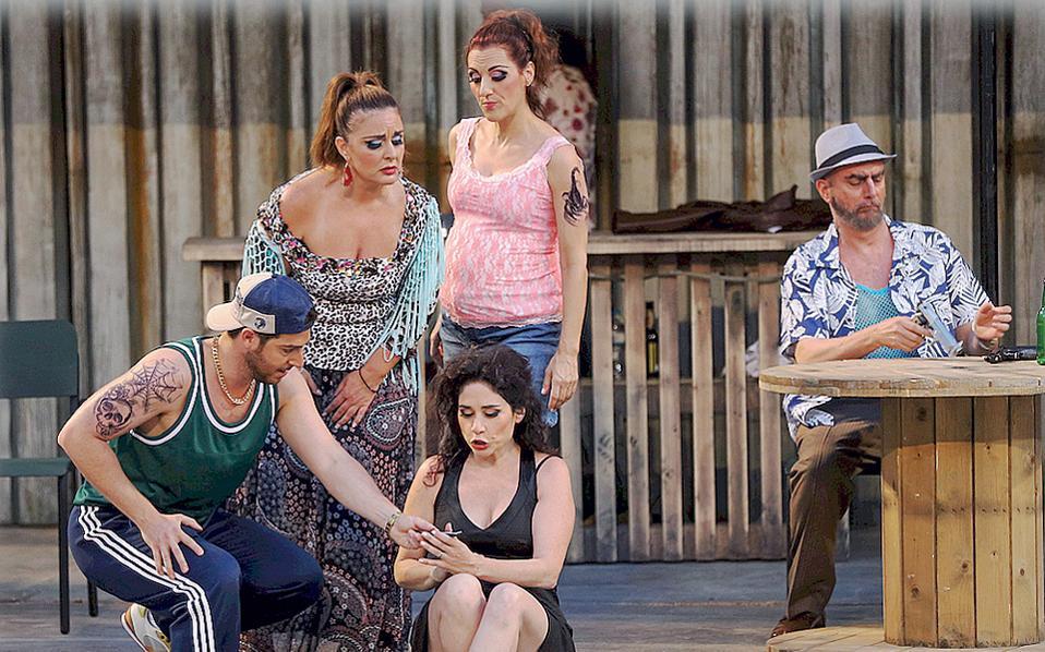 Τα «κοστούμια εποχής» είναι του 2016, η όπερα είναι του Ζορζ Μπιζέ και η σύγχρονη Κάρμεν - Ρινάτ Σαχάμ καίει σαν φλόγα. Μαζί της Μητσοπούλου, Δάβου, Τσιλογιάννης, Ρασιδάκις (Φωτό από τεχνική δοκιμή - Stefanos, Ιούλιος 2016)