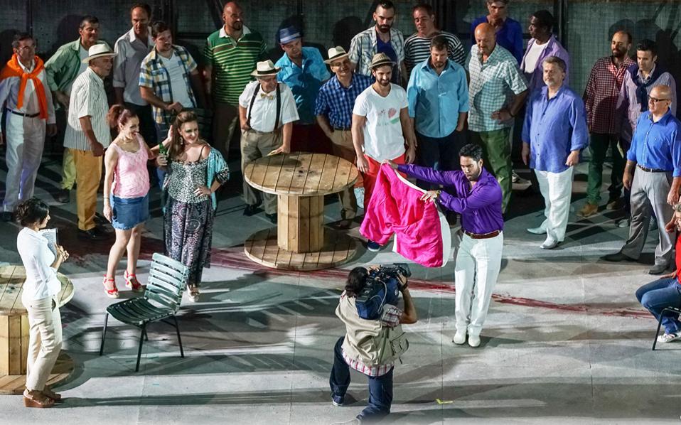 Ο Διονύσης Σούρμπης ως Εσκαμίγιο στην «Κάρμεν», με τη χορωδία και μονωδούς (Μαρία Μητσοπούλου, Ελένη Δάβου, Πέτρο Μαγουλά) (φωτ. Stafanos).