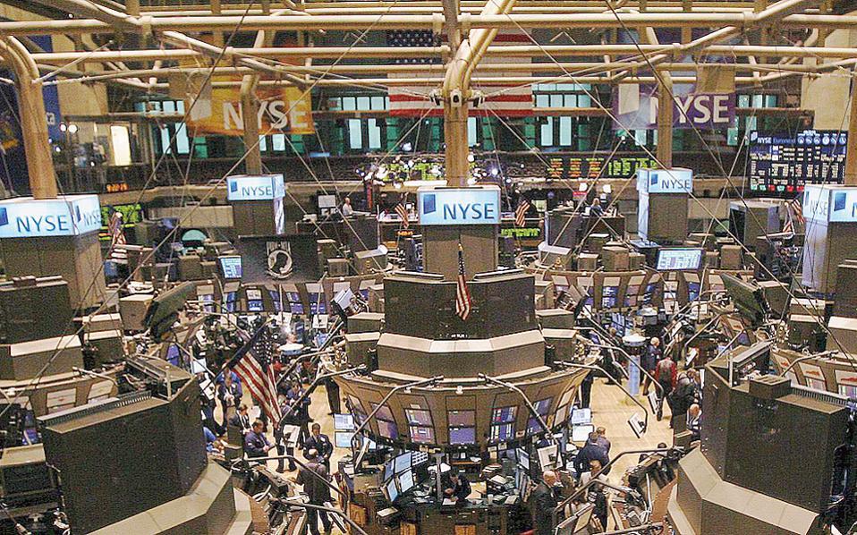 Στη Wall Street, οι δείκτες Dow Jones και S&P 500 υποχωρούσαν κατά 0,33% και 0,23% λίγο πριν από το κλείσιμο.