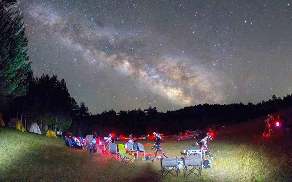 Ραντεβού στις παρυφές του Πάρνωνα δίνουν αύριο Παρασκευή εκατοντάδες ερασιτέχνες αστρονόμοι, αλλά και πολλοί άλλοι που απλώς θέλουν να ξεναγηθούν στον κόσμο της αστροπαρατήρησης. Μόλις πέσει η νύχτα θα στηθούν περίπου 350 τηλεσκόπια, που θα «ταξιδέψουν» μικρούς και μεγάλους σε... άλλους γαλαξίες. Αστρονόμοι θα διδάξουν τους συμμετέχοντες πώς να χειρίζονται τα αστρονομικά όργανα και εξαρτήματα, πώς να διαβάζουν τους αστρονομικούς χάρτες και πώς να εντοπίζουν αντικείμενα του νυχτερινού ουρανού, από φωτεινά νεφελώματα και αστρικά σμήνη ώς αμυδρούς γαλαξίες σε αποστάσεις εκατομμυρίων ετών - Φωτογραφία από astroexormisi.gr