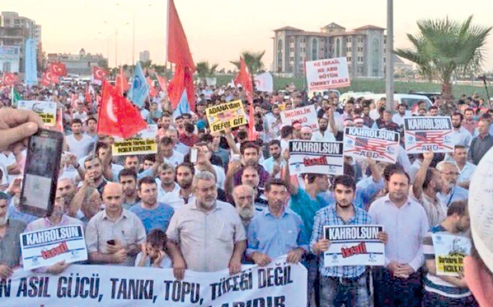 Τούρκοι διαδηλωτές κατευθύνονται προς τη νατοϊκή βάση Ιντσιρλίκ στα Αδανα της Τουρκίας, διαμαρτυρόμενοι για τον «νευραλγικό ρόλο της βάσης στο πραξικόπημα της 15ης Ιουλίου». Ο φιλοκυβερνητικός Τύπος της Τουρκίας επανέρχεται καθημερινά με νέα δημοσιεύματα για την υποτιθέμενη εμπλοκή των ΗΠΑ στο πραξικόπημα, εντείνοντας την καχυποψία στις τουρκοαμερικανικές σχέσεις. Η τουρκική κυβέρνηση δήλωσε χθες ότι οι σχέσεις «θα υποφέρουν» σε περίπτωση που οι ΗΠΑ δεν εκδώσουν τον ιεροκήρυκα Γκιουλέν, τον οποίο η Αγκυρα θεωρεί υποκινητή του αποτυχόντος πραξικοπήματος της 15ης Ιουλίου.