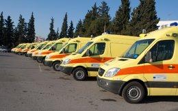 Πολλά ασθενοφόρα νοσοκομείων και κέντρων Υγείας ανά την επικράτεια παραμένουν ακινητοποιημένα λόγω έλλειψης προσωπικού.