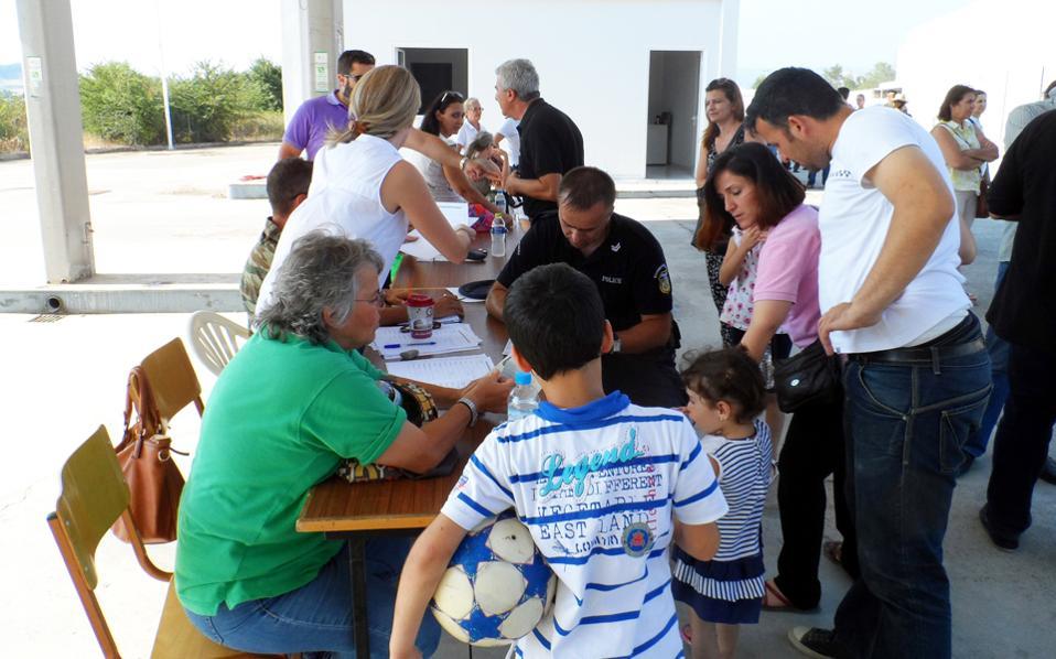 Καταγραφή προσφύγων από τον Ερυθρό Σταυρό, σε χώρο φιλοξενίας στα Τρίκαλα.
