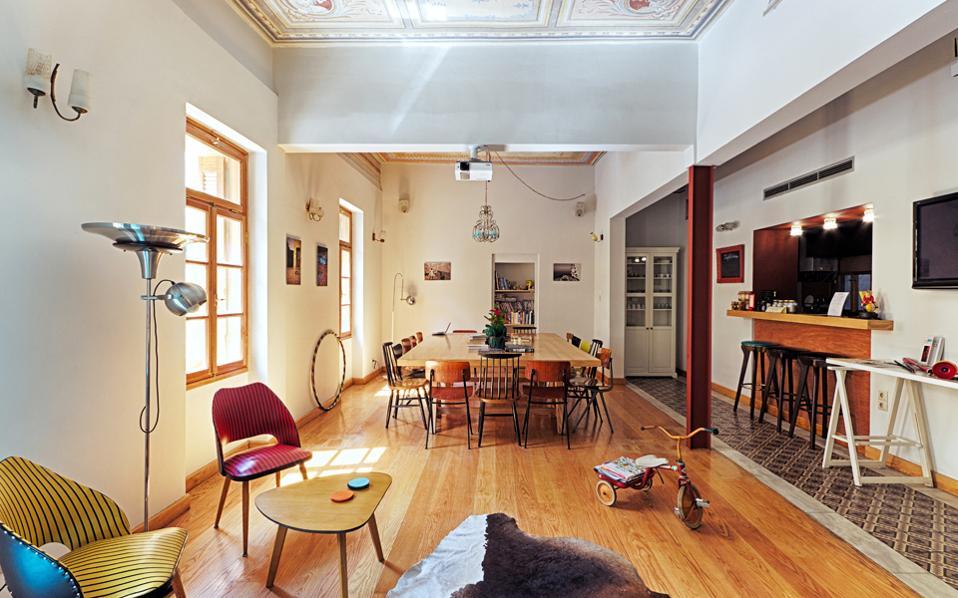 Ολο και περισσότερα youth hostels «ξεφυτρώνουν» στην Αθήνα, προσελκύοντας ταξιδιώτες από όλο τον κόσμο. Πέρα από τα σακίδια, φέρνουν μαζί τους κέφι και ζωντάνια στις αθηναϊκές συνοικίες, που δοκιμάζονται από την κρίση, καθώς γύρω τους «στήνονται» νέες επιχειρήσεις όπως πλυντήρια, καφέ, εστιατόρια. Τα εγκωμιαστικά σχόλια για τα ελληνικά youth hostels τα ανεβάζουν στις πρώτες θέσεις των παγκόσμιων κατατάξεων.