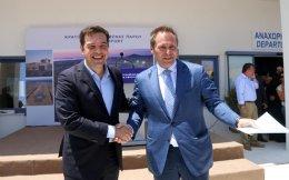 Ο πρωθυπουργός Αλέξης Τσίπρας και ο αντιπρόεδρος της Aegean Ευτύχιος Βασιλάκης, με φόντο το νέο αεροδρόμιο στην Πάρο.