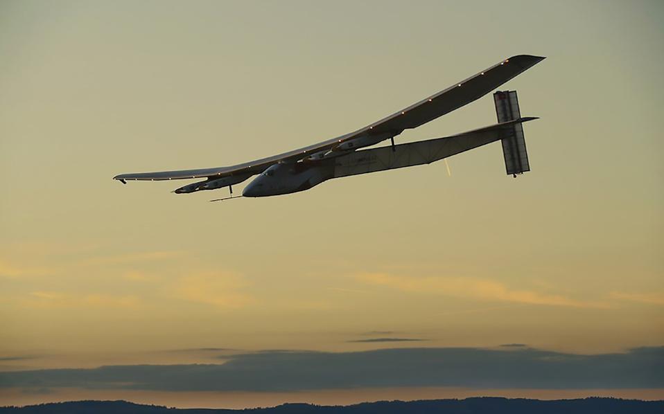 Το Solar Impulse 2, που διαθέτει 17.000 ηλιακές κυψέλες, κατάφερε να διασχίσει τον Ειρηνικό και τον Ατλαντικό Ωκεανό.