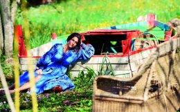 Η Χριστίνα Μαρτίνη στον κήπο της κερκυραϊκής της φάρμας