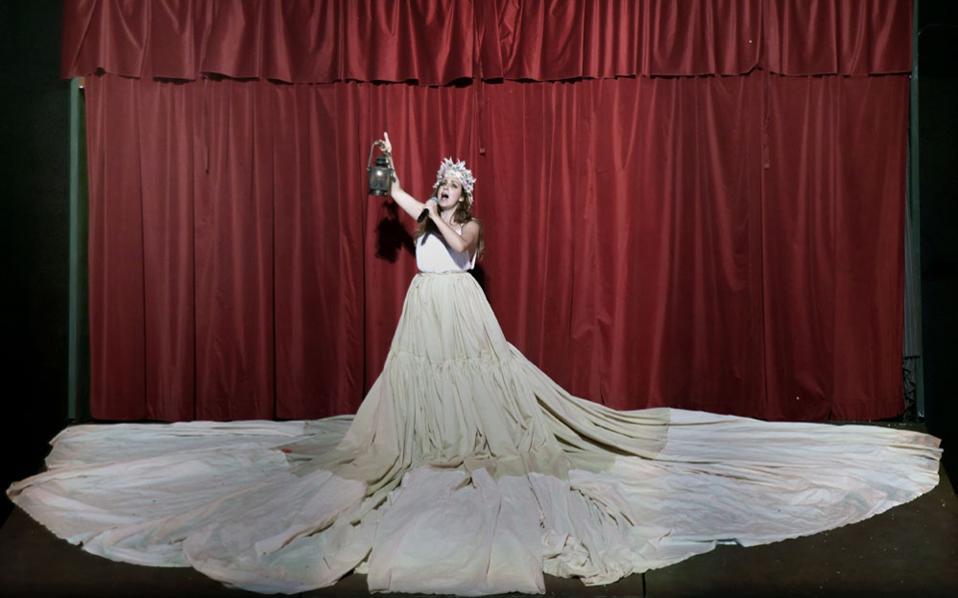 Η Ευαγγελία Μουμούρη σε μια σκηνή από την παράσταση «Αριστοφανιάδα», σε σκηνοθεσία Κώστα Γάκη.