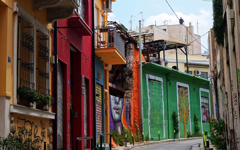 Στην οδό Τουρναβίτου στου Ψυρρή, υπάρχει βεντάλια χρωμάτων.