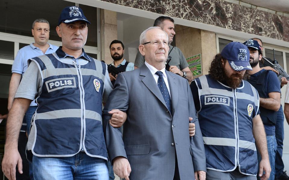 Ο αρχηγός της Β΄ Τουρκικής Στρατιάς, στρατηγός Αντέμ Χουντούτι, μετά τη σύλληψή του χθες στη Μαλάτεια, στη νοτιοανατολική Τουρκία.