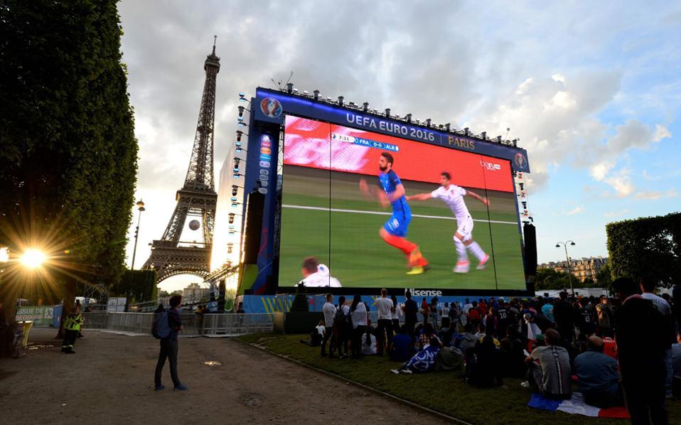 Προβολή των αγώνων σε γιγαντοοθόνη. Ο Πύργος του Αϊφελ μπορεί να φιλοξενήσει δωρεάν και να διασκεδάσει με διάφορες εκδηλώσεις 90.000 θεατές.