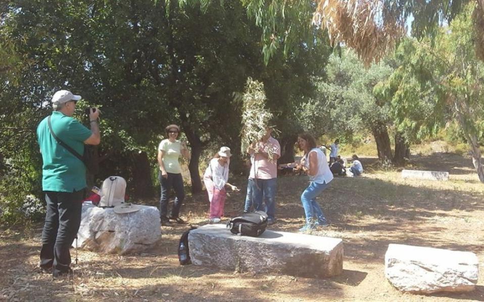 Το «όνειρο στο κύμα» οργάνωσε η Ελληνική Εταιρεία Προστασίας της Φύσης στο πλαίσιο του Προγράμματος Περιβαλλοντικής Εκπαίδευσης «Μαθαίνω για τα δάση», σε συνεργασία με τον Δήμο Σκιάθου και τον πολιτιστικό σύλλογο του νησιού, την Διεύθυνση Πρωτοβάθμιας Εκπαίδευσης Β΄ Αθήνας και με την υποστήριξη του Ιδρύματος Λεβέντη.