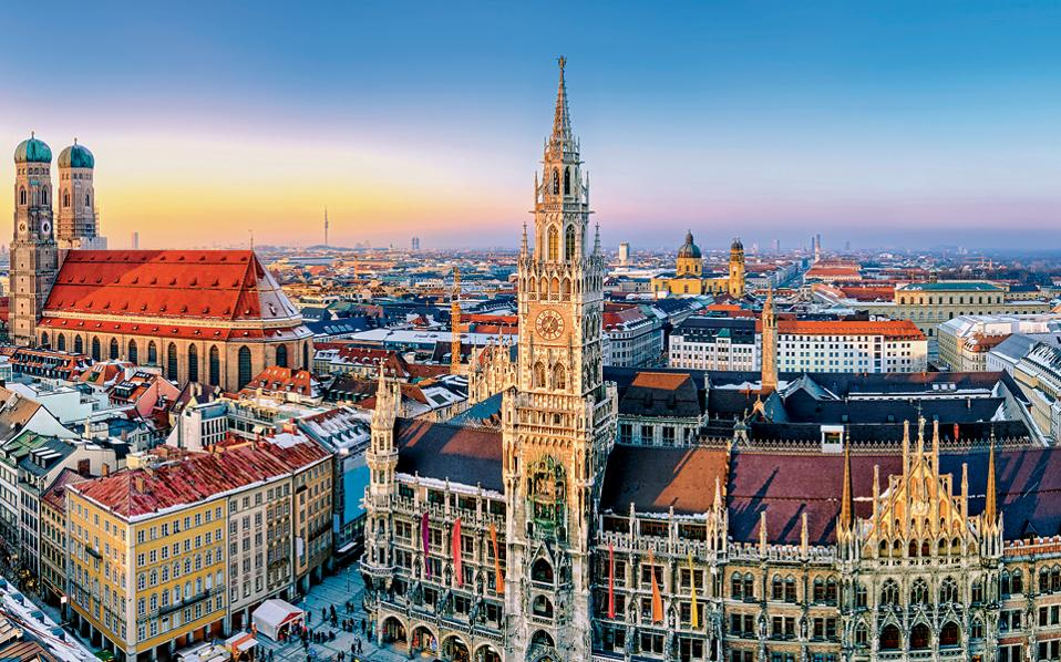 Στην κεντρική πλατεία του Μονάχου κυριαρχούν το δημαρχείο και ο Ναός της Παναγίας. (Φωτογραφία: Shutterstock)