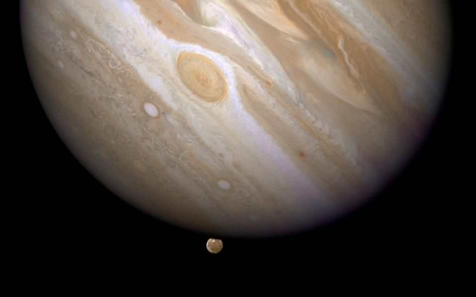 Ο Δίας με έναν από τους δορυφόρους του, στην κάτω πλευρά, τον Γανυμήδη. Πολύ πρόσφατα το διαστημόπλοιο «Ηρα» τέθηκε σε τροχιά γύρω από τον μεγαλύτερο πλανήτη του ηλιακού μας συστήματος.