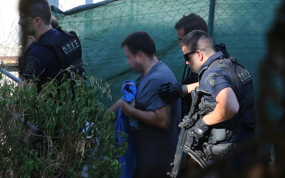 Ένας εκ των δύο Τούρκων στρατιωτικών που θα περνούσαν σήμερα από συνέντευξη οδηγείται στην Υπηρεσία Ασύλου.