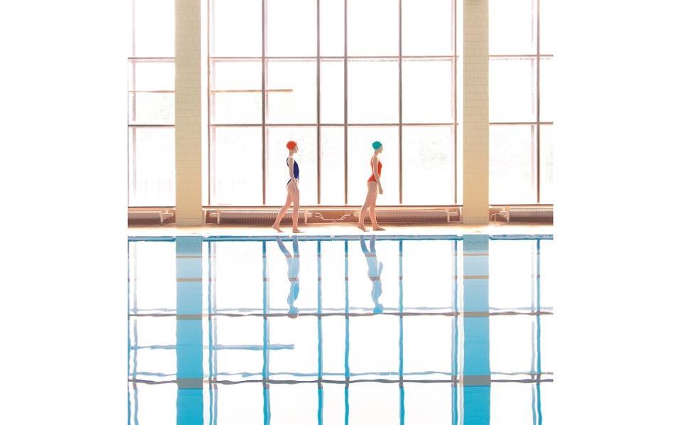 Ο χρόνος μοιάζει να σταμάτησε και οι κολυμβητές δεν νοιάζονται για τίποτα παρά μόνο να δουν τον αντικατοπτρισμό του εαυτού τους στο ήρεμο νερό της πισίνας «ΑΠΑΓΟΡΕΥΟΝΤΑΙ ΟΙ ΚΑΤΑΔΥΣΕΙΣ», «NO DIVING», © Photo, Art Direction: Maria Svarbova / Costume, Styling: Zuzana Hudakova, Martina Siranova