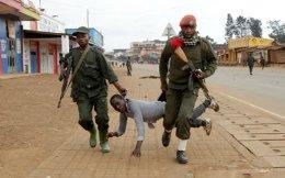 Για την ασφάλεια και την τάξη. Να διαδηλώσει τόλμησε, για την ανικανότητα της κυβέρνησης να σταματήσει τις δολοφονίες και τις φυλετικές μάχες στην πόλη Butembo της επαρχίας Kivu του Κονγκό. Το αποτέλεσμα ήταν να καταφέρουν οι αστυνομικοί να τον αποσπάσουν από τον κύριο κορμό των διαδηλωτών και να τον μεταφέρουν σαν βαλίτσα σε κάποιο αστυνομικό τμήμα «για τα περαιτέρω».  REUTERS/Kenny Katombe