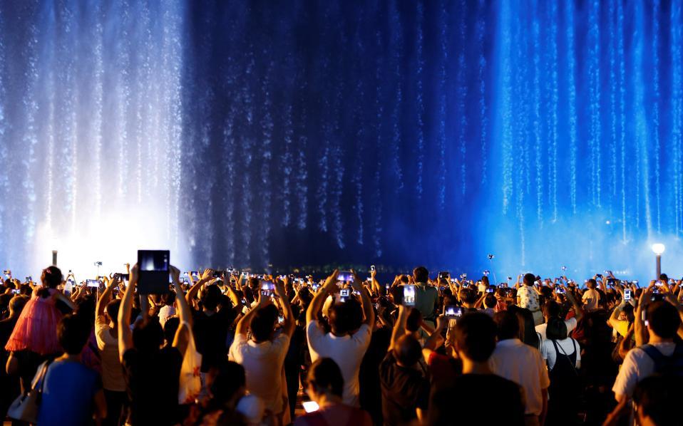 Ζούμε για να φωτογραφηθούμε. Πλήθος ανθρώπων έχουν συγκεντρωθεί μπροστά από το σιντριβάνι - καταρράκτη που κατασκευάστηκε  στην Hangzhou της επαρχίας Zhejiang, εκεί όπου θα διεξαχθεί η σύνοδος του G20. Οι περισσότεροι έχουν το κινητό τους ψηλά για να φωτογραφήσουν, ποστάρουν και να σχολιάσουν αυτό που ελάχιστοι βρήκαν τον χρόνο και την ανοιχτή καρδιά για  να απολαύσουν. REUTERS/Aly Song