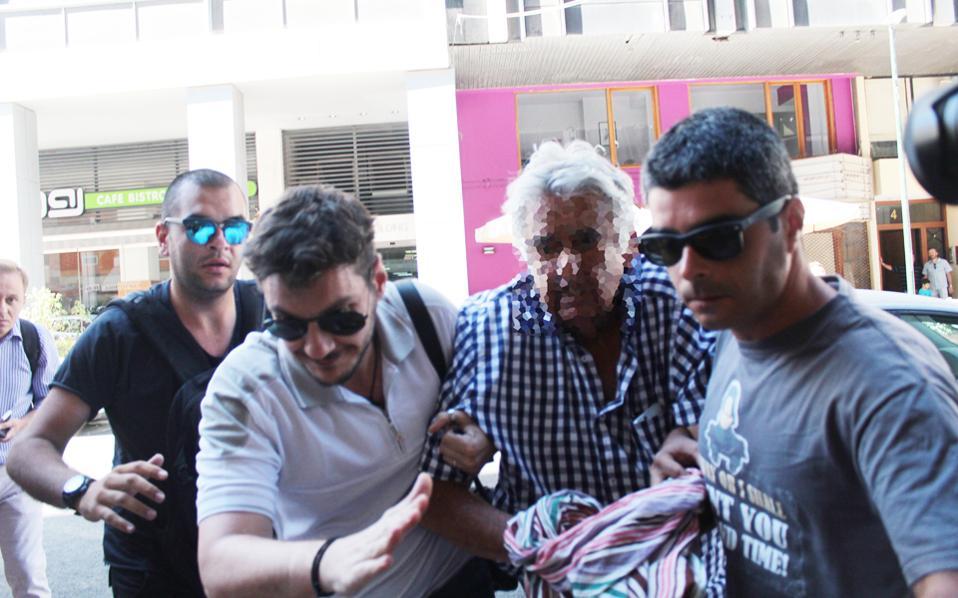 Ο 77χρονος αποδοκιμάστηκε χθες έξω από το γραφείο της ανακρίτριας Πειραιά. Ο συνήγορός του Αλ. Λυκουρέζος υποστήριξε ότι «η αμέλεια δεν οφείλεται στον χειριστή του σκάφους».