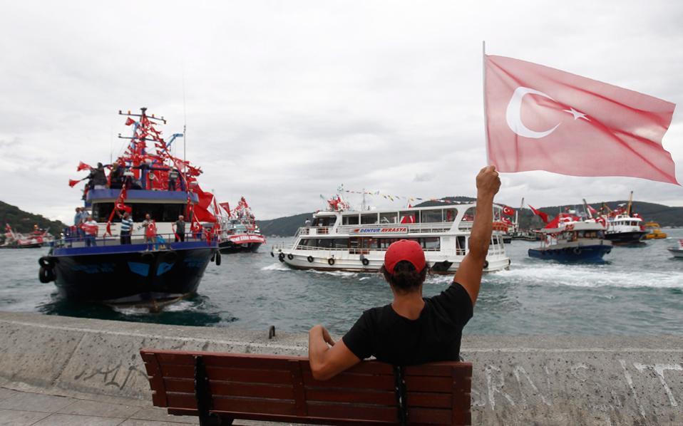 Σημαίες πλημμυρίζουν τον Βόσπορο την επαύριο του πραξικοπήματος, που προκάλεσε τριγμούς στις αμερικανοτουρκικές σχέσεις.