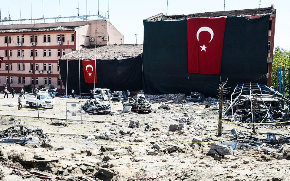 Η τουρκική σημαία ανεμίζει πάνω από τα ερείπια του αστυνομικού τμήματος του Ελαζιγ, ύστερα από την επίθεση.