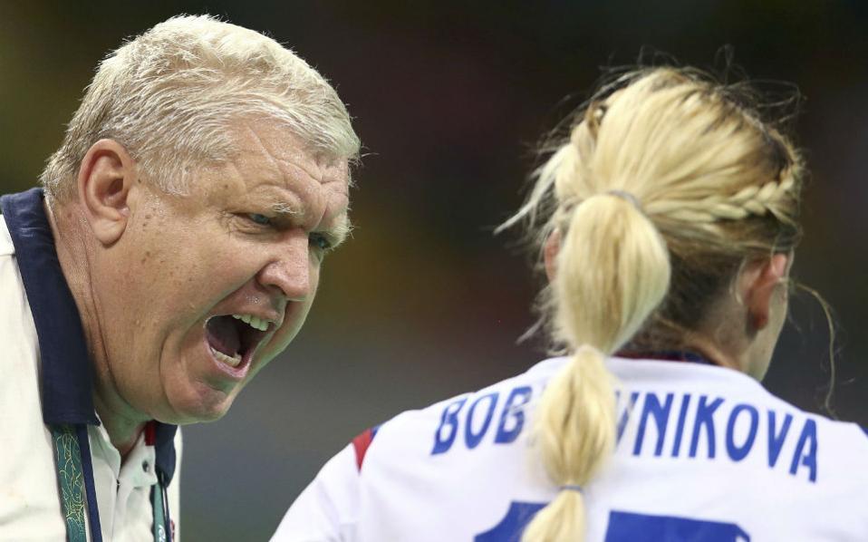 Ψιθυρίζοντας στο αυτί. Με σαφέστατες οδηγίες ο προπονητής Evgenii Trefilov εξηγεί στην  Vladlena Bobrovnikova της Ρωσίας το πλάνο για να κερδίσουν το ματς στο χάντμπολ.  REUTERS/Marko Djurica