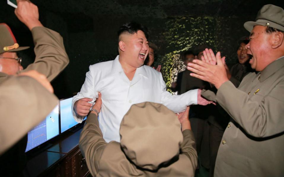 Οταν εσύ γελάς, γελάει η πλάση. Την έριξε πάλι την ρουκέτα του ο μεγάλος ηγέτης της Βορείου Κορέας Kim Jong Un, και τόσο εκείνος όσο και οι στρατηγοί του ξέσπασαν σε γέλια και πανηγυρισμούς. Όσο για τα χέρια του κυρίου με την πλάτη στο φακό, όχι δεν προσπάθησε να σηκώσει στον αέρα τον Un, (ο μεγάλος ηγέτης δεν σηκώνεται!) απλά προσπάθησε να τον αγκαλιάσει. (Korean Central News Agency/Korea News Service via AP)