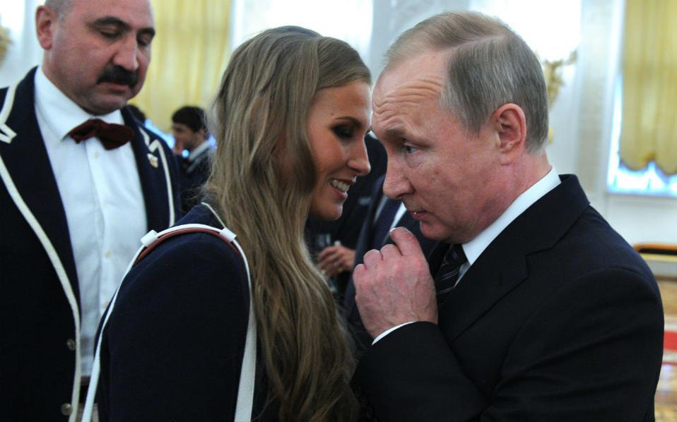 Στο αυτί του Προέδρου...Και την αθλήτρια της συγχρονισμένης κολύμβησης και κάτοχο χρυσού ολυμπιακού μεταλλίου  Alla Shishkina. Μα τι του λένε τα κορίτσια και μοιάζει ο συνήθως  ατάραχος Putin, τόσο προβληματισμένος;  EPA/MICHAEL KLIMENTYEV / SPUTNIK / KREMLIN POOL