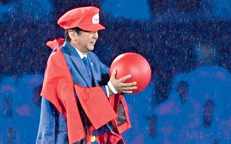 Στην τελετή λήξης στο Ρίο, ο πρωθυπουργός της Ιαπωνίας, η οποία θα φιλοξενήσει τους επόμενους Ολυμπιακούς, απεδέχθη το υψηλό καθήκον ντυμένος Σούπερ Μάριο. Και να σκεφθεί κανείς πως, όταν πρωτοέγινε πρωθυπουργός ο Σίνζο Aμπε, πολλοί και σοβαροί αναλυτές στη Δύση διέβλεπαν στην ανέλιξή του έναν κίνδυνο αναζωπύρωσης του ιαπωνικού εθνικισμού. Από τον κύριο αυτόν, που θεώρησε έξυπνο ή χαριτωμένο να τον δει όλος ο κόσμος έτσι...