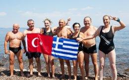 Μυτιληνιοί κολύμπησαν με τη Σεντά Κανσούκ τα τελευταία 150 μέτρα της απόστασης, ενώ άλλοι την περίμεναν στην ακτή, όπου με το που έφτασε τής χάρισαν ένα στεφάνι φτιαγμένο από ελιά.