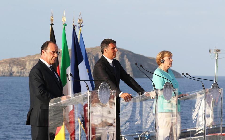 Την κοινή τους απόφαση να εργασθούν για την επανεκκίνηση της ευρωπαϊκής ολοκλήρωσης, δύο μήνες μετά το σοκ του βρετανικού δημοψηφίσματος υπέρ του Brexit, διεμήνυσαν οι ηγέτες της Γερμανίας, της Γαλλίας και της Ιταλίας. Από το κατάστρωμα του ιταλικού αεροπλανοφόρου «Γκαριμπάλντι», στα ανοιχτά της Νάπολης, οι Αγκελα Μέρκελ, Φρανσουά Ολάντ και Ματέο Ρέντσι έδωσαν ιδιαίτερο βάρος στην ευρωπαϊκή συνεργασία στα πεδία της άμυνας, της ασφάλειας και της μετανάστευσης. Στο βάθος της φωτογραφίας διακρίνεται η νήσος Βεντοτένε, όπου οι τρεις ηγέτες επισκέφθηκαν τον τάφο του Αλτιέρο Σπινέλι, εκ των θεμελιωτών της ευρωπαϊκής ιδέας.