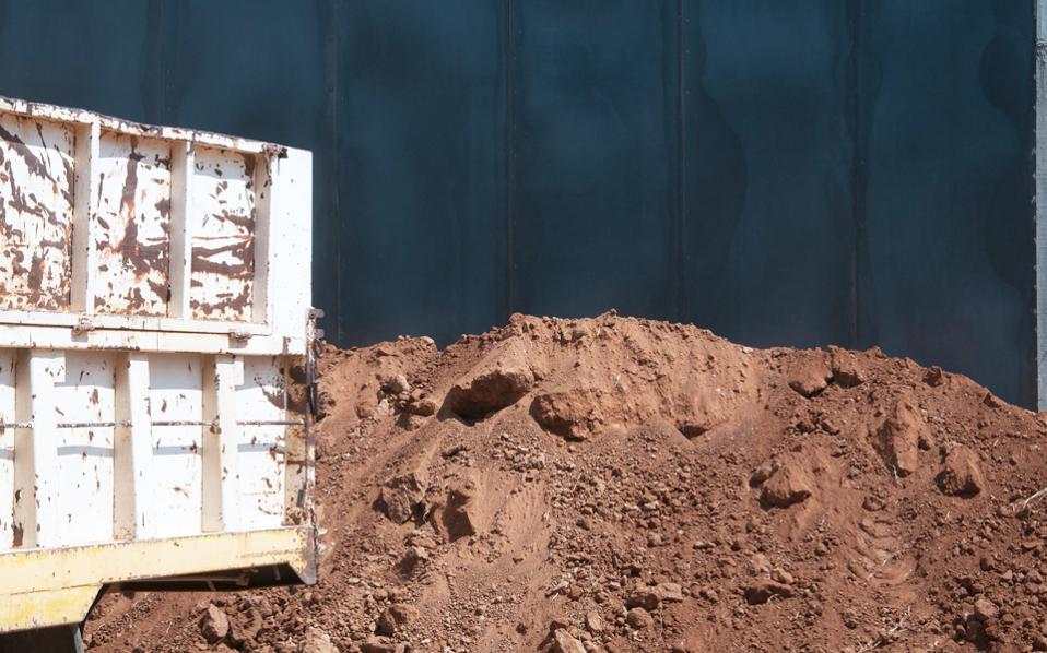Μια πολυμεσική παρέμβαση, με χώμα, μέταλλο, φως και ήχους, για να βιώνεται υπό το φως της νύχτας, ετοιμάζει η Ελένη Πανουκλιά στην Ελευσίνα.