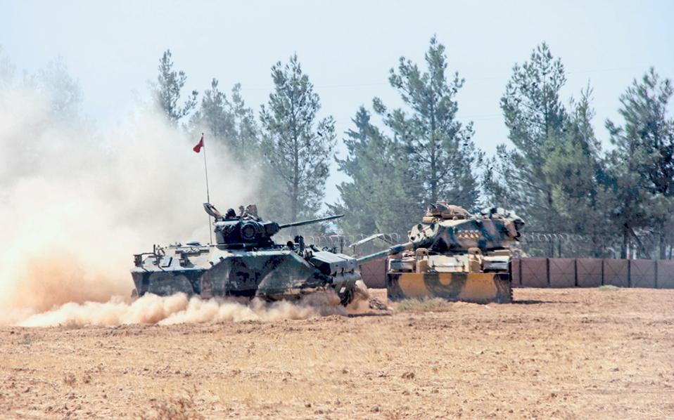 Τουρκικά τεθωρακισμένα στη μεθοριακή πόλη Καρκαμίς, που εκκενώθηκε χθες, ενόψει της αναμενόμενης επίθεσης.