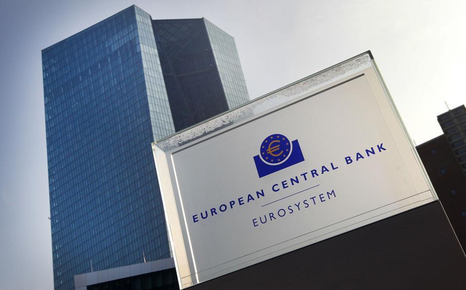 Ο πληθωρισμός στην Ευρωζώνη μόλις που κινείται πάνω από το 0%, ενώ η ανεργία εξακολουθεί να βρίσκεται σε πολύ υψηλό επίπεδο, εντείνοντας την ανησυχία της Ευρωπαϊκής Κεντρικής Τράπεζας.