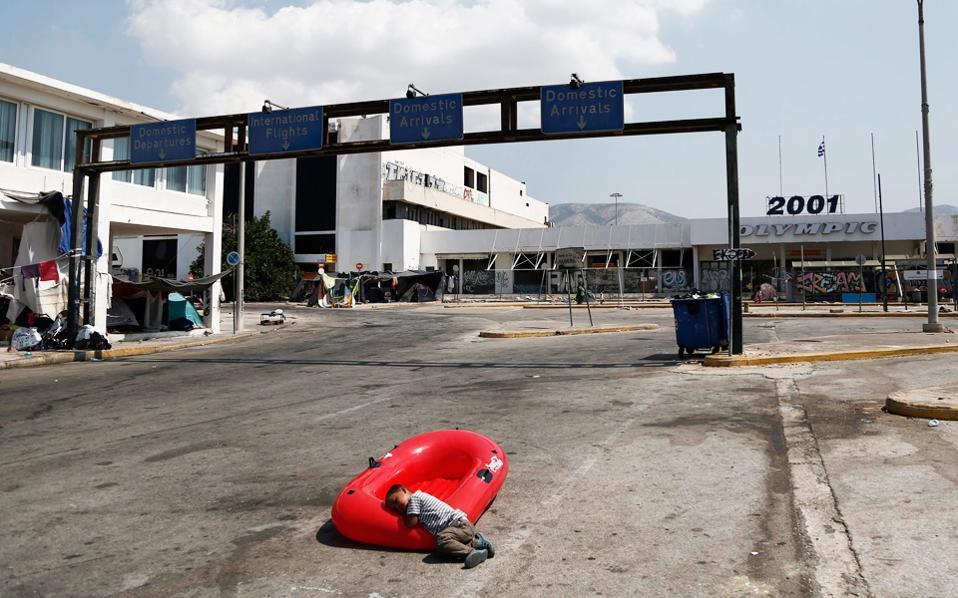 Περίπου 2.700 πρόσφυγες και μετανάστες παραμένουν ακόμη στις παλιές εγκαταστάσεις του Ελληνικού.