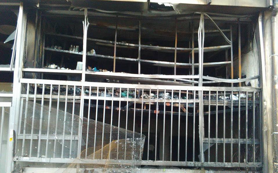 Εκτεταμένες ζημιές προκλήθηκαν στο ισόγειο του κτιρίου.