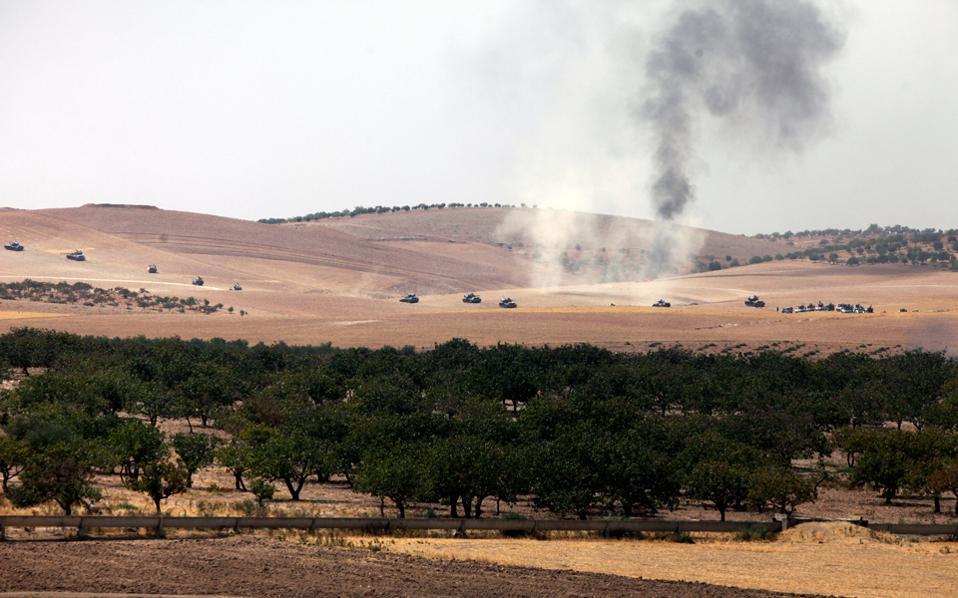 Τουρκικά άρματα μάχης προωθούνται προς το συριακό έδαφος, υποστηρίζοντας τις επιχειρήσεις για την ανακατάληψη της Τζαραμπλούς.