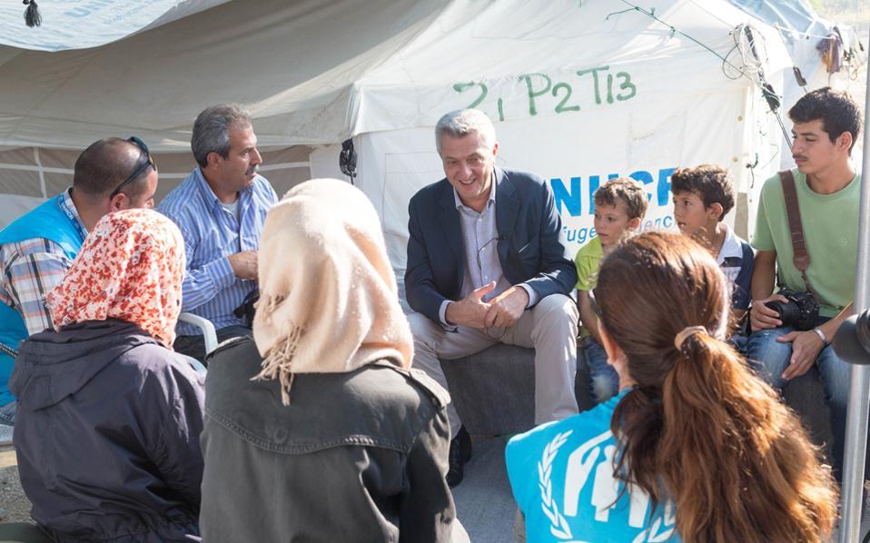 Στον καταυλισμό που έχει κατασκευαστεί στα Λαγκαδίκια Θεσσαλονίκης από την Υπατη Αρμοστεία του ΟΗΕ για τους Πρόσφυγες βρέθηκε χθες το πρωί ο ύπατος αρμοστής Φιλίπο Γκράντι, προκειμένου να δει από κοντά τις συνθήκες που επικρατούν. Οπως παρατήρησε, η κατάσταση στα κέντρα φιλοξενίας βελτιώνεται αλλά πρέπει να γίνουν πολλά ακόμη. Πρότεινε μάλιστα μεγαλύτερη αστυνόμευση στους καταυλισμούς και επιτάχυνση των διαδικασιών για να μεταβούν σε άλλες χώρες της Ε.Ε. όσοι το δικαιούνται.