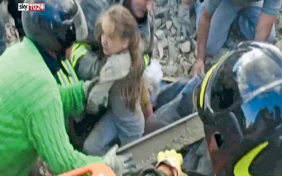 Στους τυχερούς που ανασύρθηκαν ζωντανοί από τα ερείπια που άφησε πίσω του ο καταστροφικός σεισμός συγκαταλέγεται το δεκάχρονο κορίτσι της φωτογραφίας, το οποίο απομακρύνεται από τον τόπο της τραγωδίας, στην αγκαλιά ανδρών των σωστικών συνεργείων, στην Πεσκάρα ντελ Τρόντο της Κεντρικής Ιταλίας. Τουλάχιστον 250 άνθρωποι έχασαν τη ζωή τους, ενώ μεγάλες καταστροφές υπέστησαν τα μεσαιωνικά αρχιτεκτονήματα και κυρίως οι εκκλησίες. Τη βούληση της ιταλικής κυβέρνησης να προχωρήσει με ταχύτατο ρυθμό στην ανοικοδόμηση των περιοχών που επλήγησαν υπογράμμισε ο Ιταλός πρωθυπουργός Ματέο Ρέντσι.