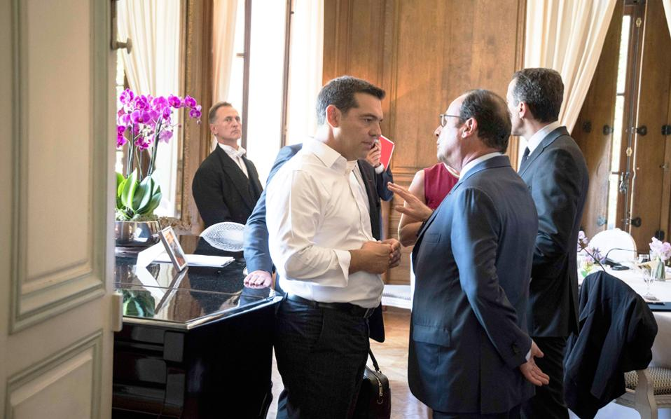 Ο Αλέξης Τσίπρας συνομιλεί με τον Γάλλο πρόεδρο Φρανσουά Ολάντ στο περιθώριο της χθεσινής συνάντησης των Ευρωπαίων Σοσιαλιστών αρχηγών κρατών που πραγματοποιήθηκε στο Παρίσι.