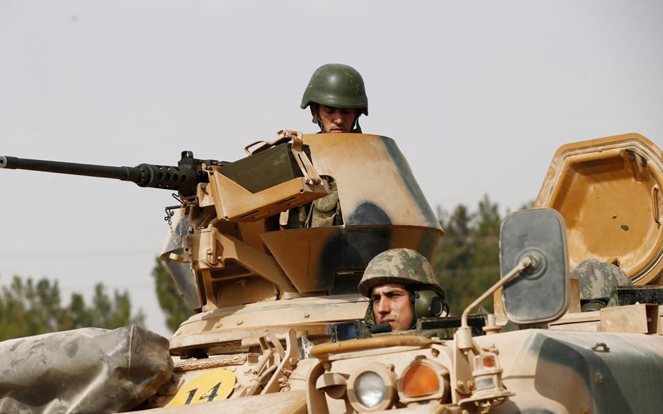 Τουρκικό άρμα μάχης περνάει τα σύνορα με τη Συρία στο πλαίσιο της επιχείρησης «Ασπίδα του Ευφράτη», που συνεχίστηκε χθες, για δεύτερη κατά σειρά ημέρα.
